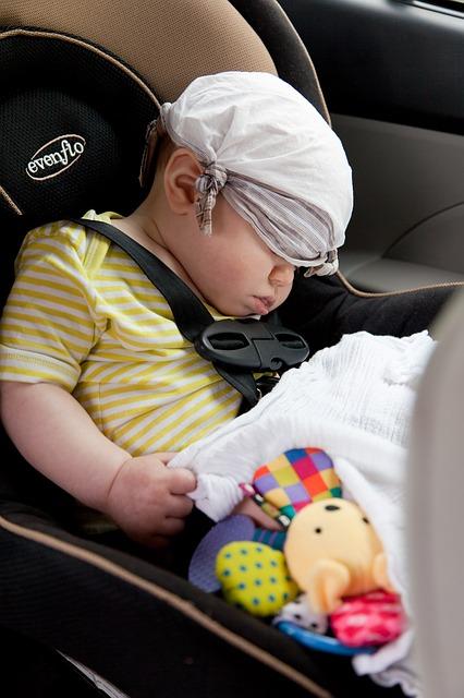 Bébé et ses jouets en voiture