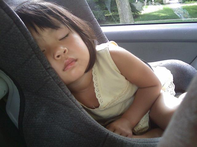 Petite fille bien installée pour un petit trajet en voiture