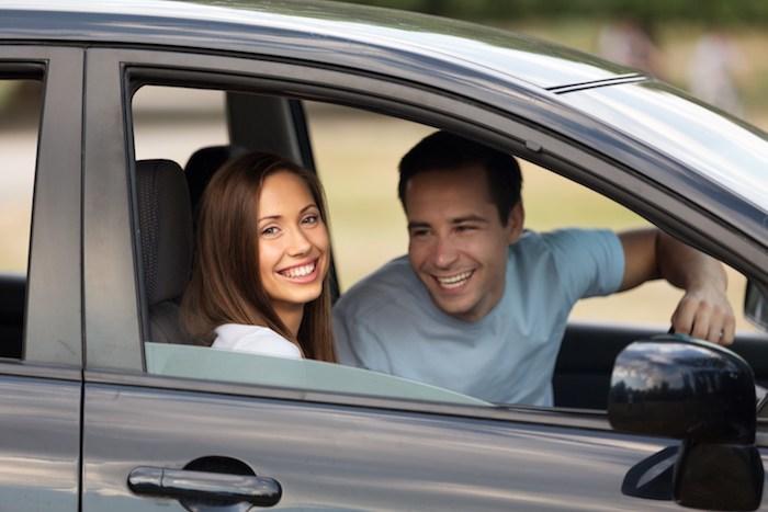 Couple au volant de sa voiture