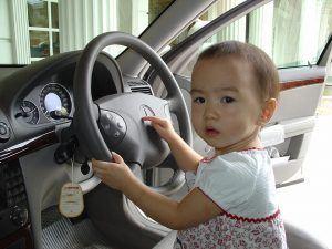 Enfant à l'avant d'une voiture